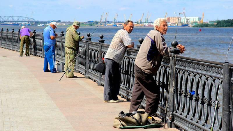 Astrakhan. Pescadores esperando a su próxima pesca