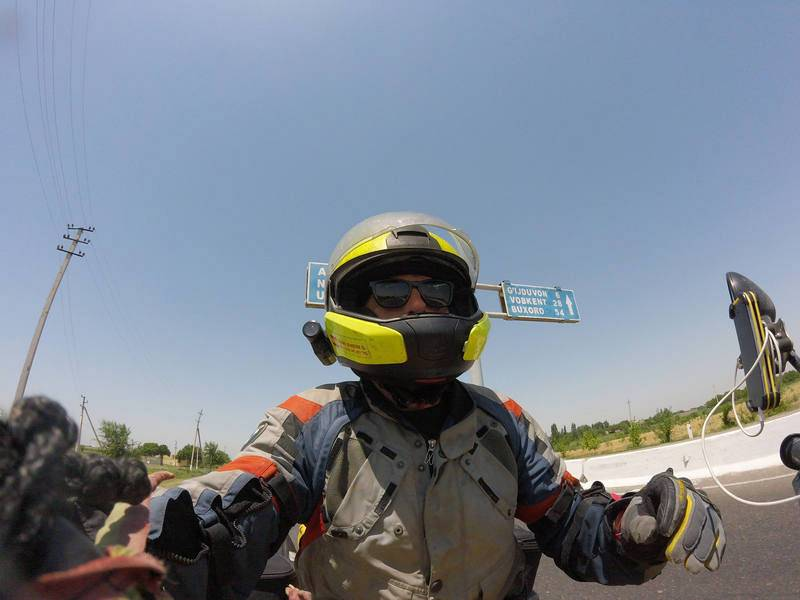 "Uzbekistán. Miquel Silvestre, sobre ""La Gorda"", recorriendo una carretera uzbeka rumbo aKhiva."