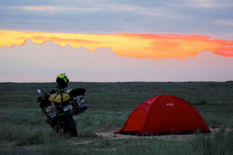 """Kazajistán. """"La Gorda"""" y la tienda de campaña, frente a la gran estepa y el caer de la noche"""