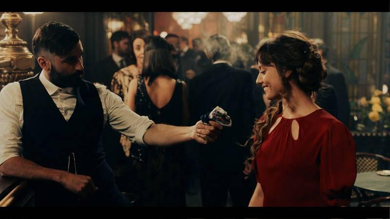 Michelle Jenner y Álex García en una de las escenas de 'El Continental'