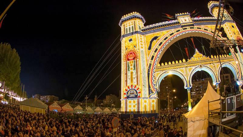 """Imagen del tradicional encendido del """"alumbrao"""" de la La Feria de Abril de Sevilla 2018."""