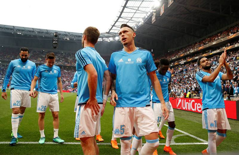 Los jugadores del Olympique de Marsella saludan a sus aficionados.