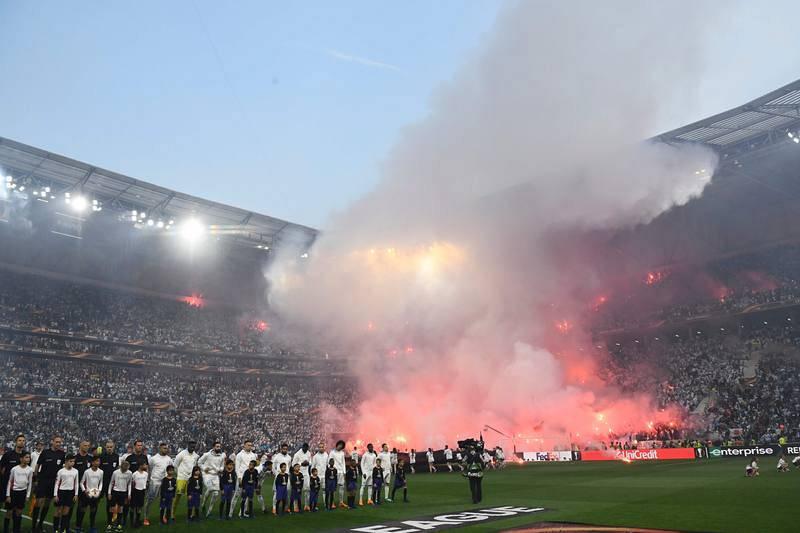 Los ultras del Olympique inundan las gradas de bengalas antes del comienzo de la final.