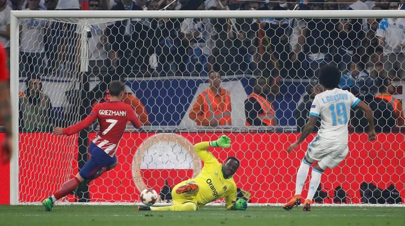 Antoine Griezmann adelanta al Atlético al marcar el primer gol.