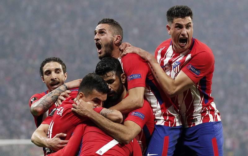 Los jugadores del Atlético de Madrid celebran con rabia el gol de Griezmann.