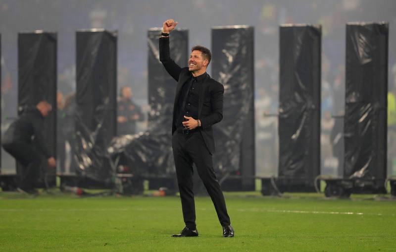 El 'Cholo' Simeone bajó al pasto para celebrar el título con sus jugadores.