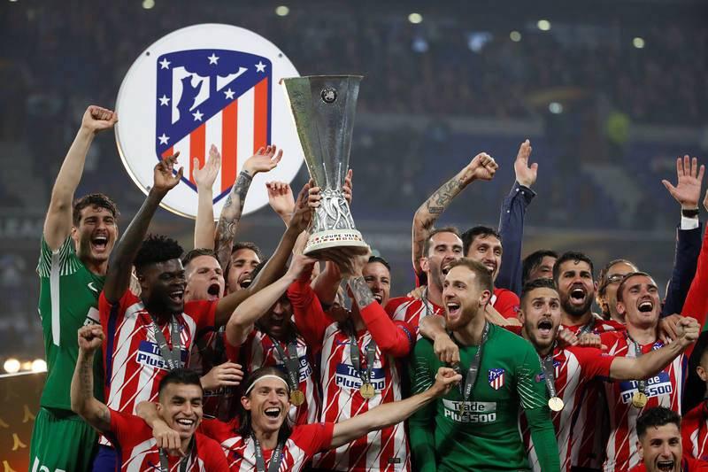 Fernando Torres recibe de Felipe VI el trofeo de la Europa League.