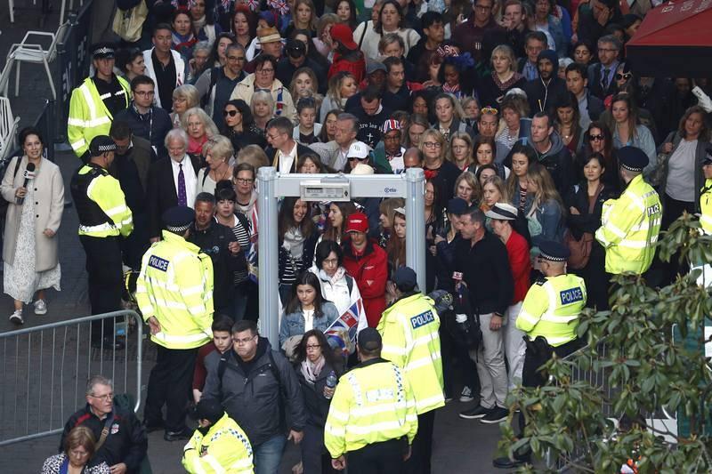 Gente pasando por el arco de seguridad para acceder a la colina del castillo de Windsor