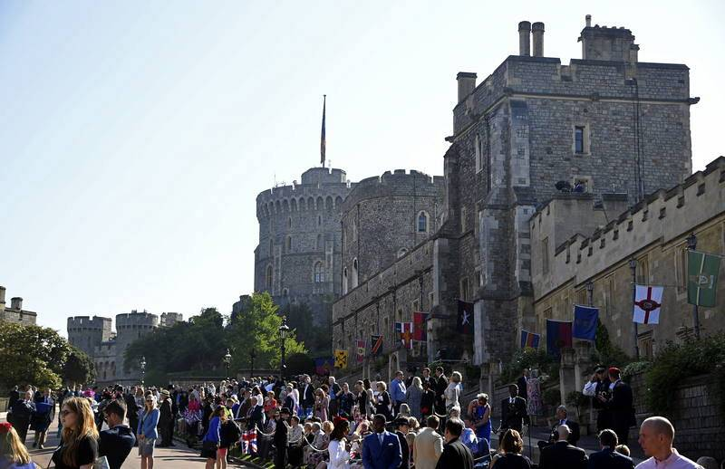 Gente llegando al castillo de Windsor, donde Enrique y Meghan celebran su enlace