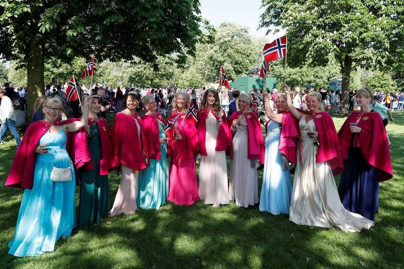 Fans de la monarquía noruega esperando la llegada de los novios