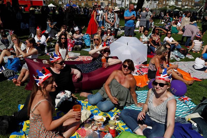 Gente disfrutando del día que hace en Windsor mientras esperan a los novios