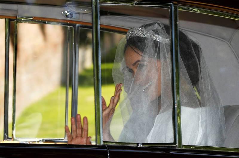 Meghan Markle saluda desde el coche que la traslada desde Taplow a Windsor