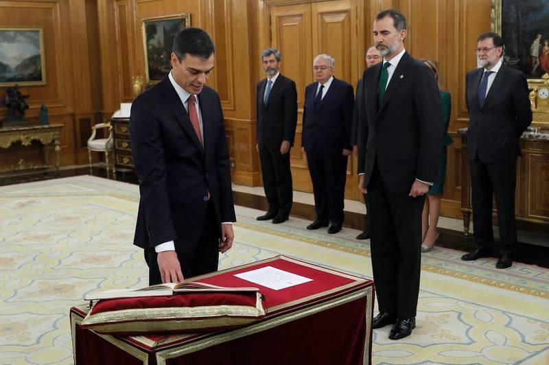 El líder del PSOE, Pedro Sánchez, promete el cargo de presidente del Gobierno sin presencia de la Biblia y del crucifijo