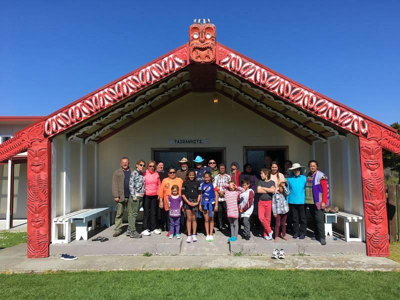 Jóvenes y adultos del clan Paniora posan en el marae de Tairawhiti, con miembros del equipo de RTVE, en la localidad de Tikitiki, junto al Cabo Este.