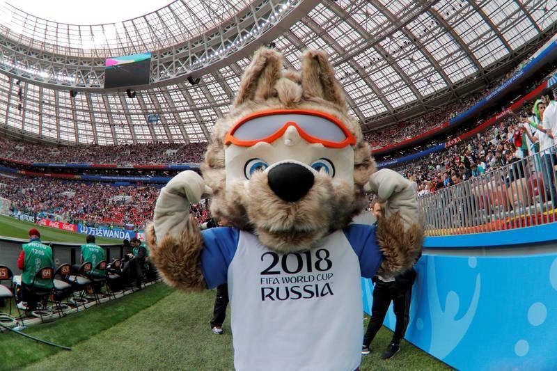 La mascota del Mundial de Rusia 2018, Zabivaka, antes del inicio del partido Rusia-Arabia Saudí.