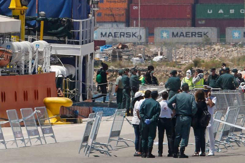 Varios migrantes desembarcan del Aquarius