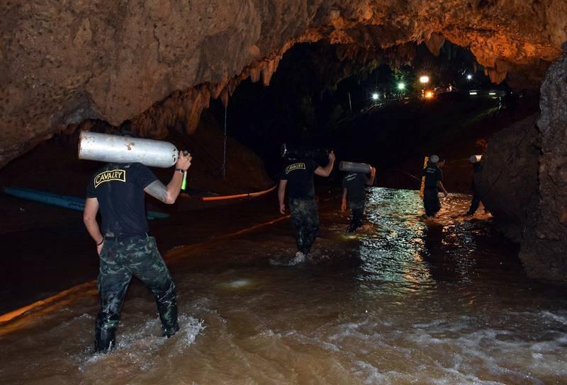Buzos tratan de abrir paso hacia la gruta donde permanecen atrapados los 12 menores