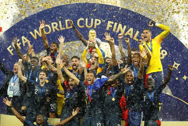 La selección francesa recibe la copa del mundo de manos de Infantino y celebran bajo la lluvia.