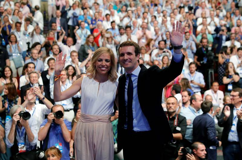 Pablo Casado junto a su esposa, Isabel Torres