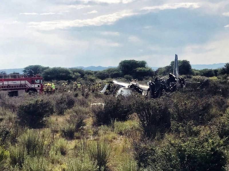 El avión se incendió poco después de caer al suelo en el aeropuerto de Durango