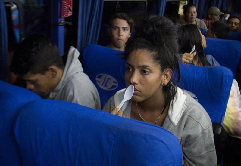Venezolanos viajan en autobús desde el sur de Ecuador hasta la frontera con Perú