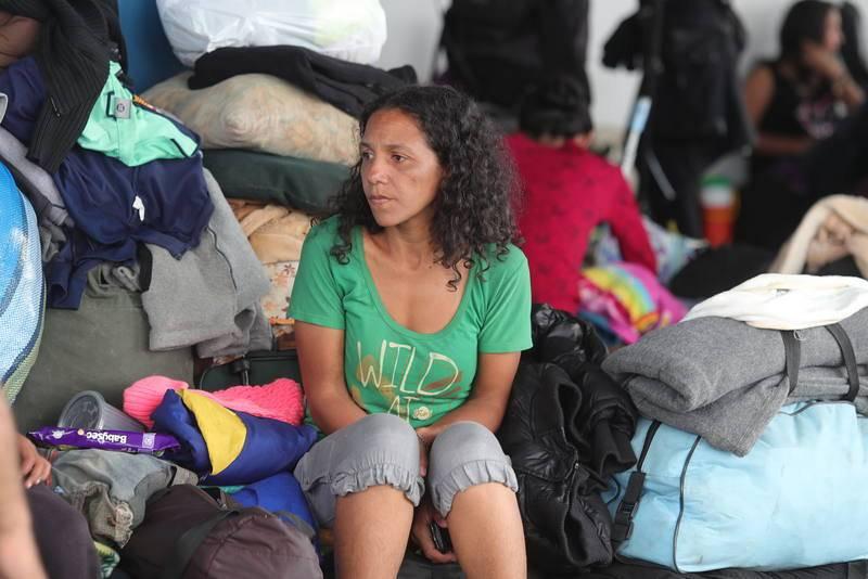 Inmigrantes venezolanos sin pasaporte esperan información para resolver su situación en el Centro Binacional de Atención en Frontera (Cebaf) en Tumbes (Perú)