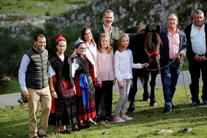 Los reyes Felipe y Letizia, la princesa Leonor y la infanta Sofía posan tras un recorrido con motivo de la celebración del primer centenario del Parque Nacional de la Montaña de Covadonga