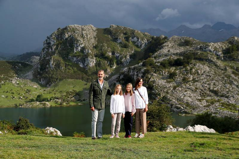 Los reyes Felipe y Letizia, la princesa Leonor y la infanta Sofía posan ante el lago Enol tras un recorrido con motivo de la celebración del primer centenario del Parque Nacional de la Montaña de Covadonga