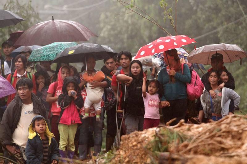 Familiares de los mineros desaparecidos esperan en Itogon