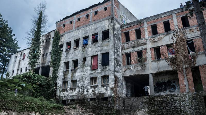 En este edificio en Bigac, Bosnia, y sus alrededores, viven a la intemperie más de 3.000 personas