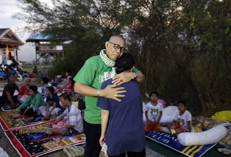 Un hombre consuela a su hija en Palu