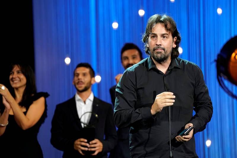 El director Isaki Lacuesta tras recibir la Concha de Oro por 'Entre Dos Aguas'