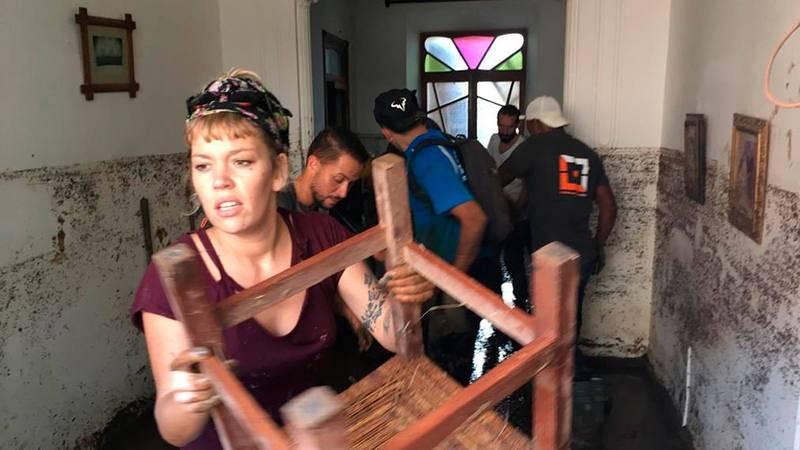Los voluntarios no dejan nada en las casas porque todo está destrozado