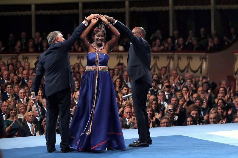 El Presidente de la Fundación Amref Salud África, Álvaro Rengifo Abbad (i), la activista keniata, Nice Nailantei Leng'ete y el director general de AMREG Health Africa, el doctor Githinji Gitahi, tras recibir el premio.