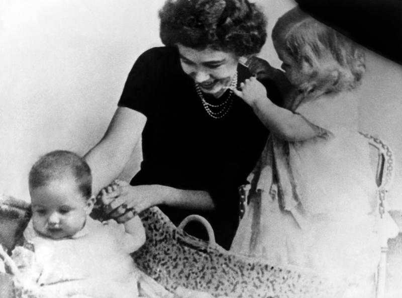 La reina Sofia, con dos años de edad, con su madre y su hermano, el príncipe Constantino