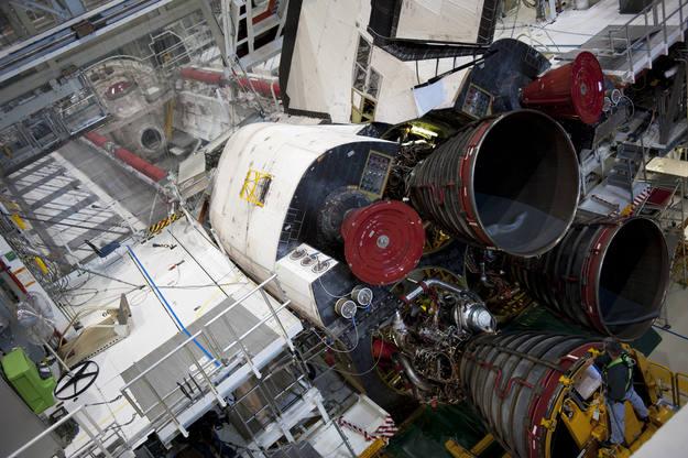 Instalación de los motores en el Atlantis para esta misión