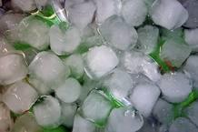 Para enfriar las bebidas rápido basta con sumergir las latas o botellas en un recipiente con cubitos de hielo con sal.