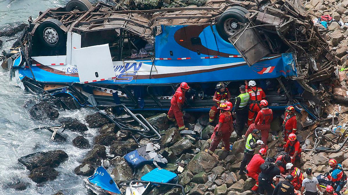 Mueren 48 personas tras despeñarse un autobús por un acantilado en Perú