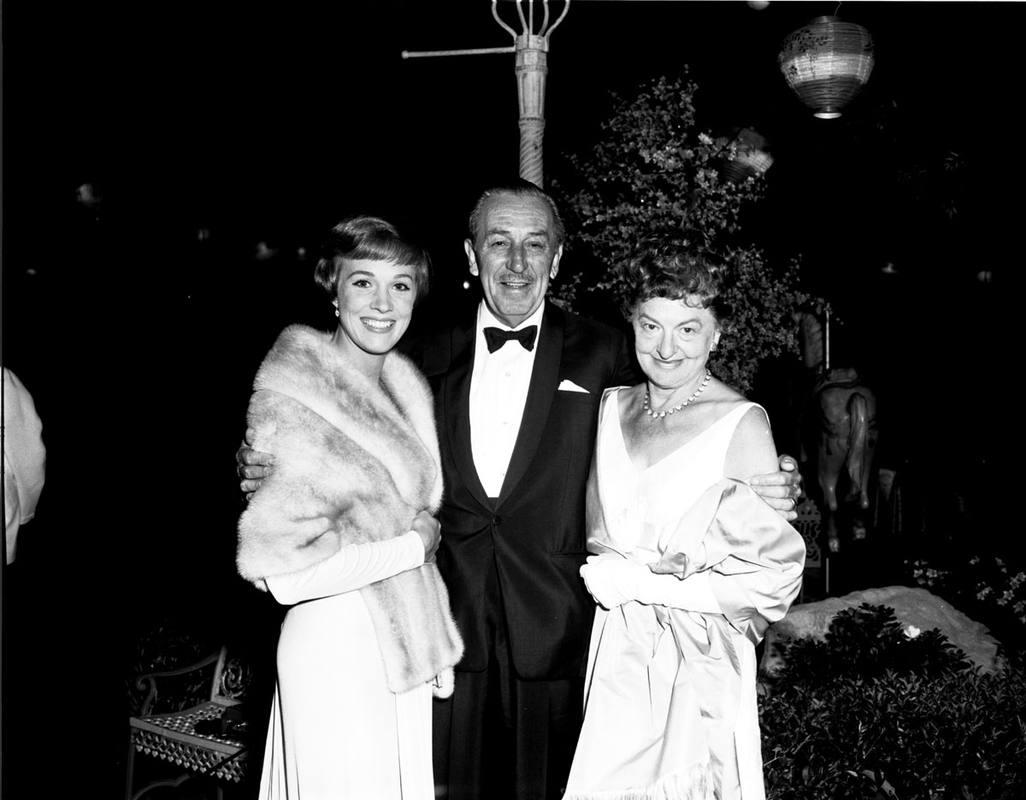 La actriz Julie Andrews junto a Walt Disney