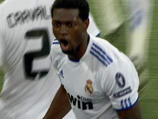 Ver vídeo 'Adebayor adelanta al Real Madrid (1-0)'