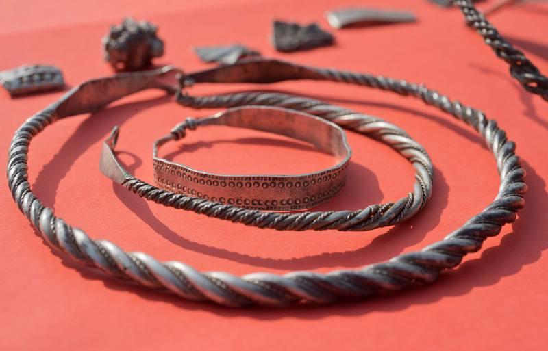 Además de las monedas, se han encontrado perlas, gargantillas, fíbulas y un martillo.