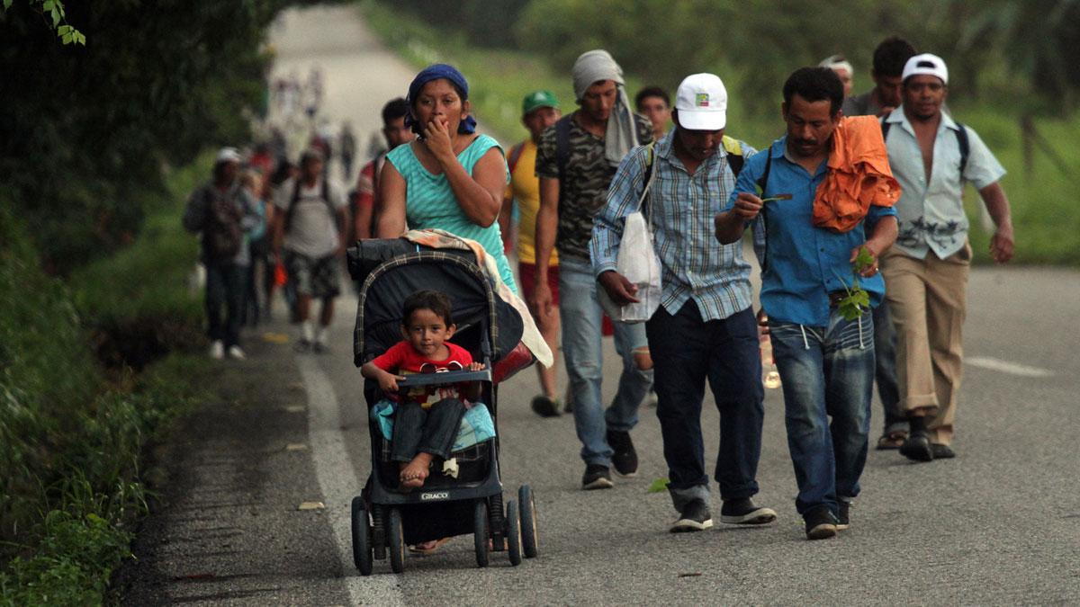 Los migrantes de las caravanas se agolpan ya por miles en Tijuana frente al despliegue estadounidense