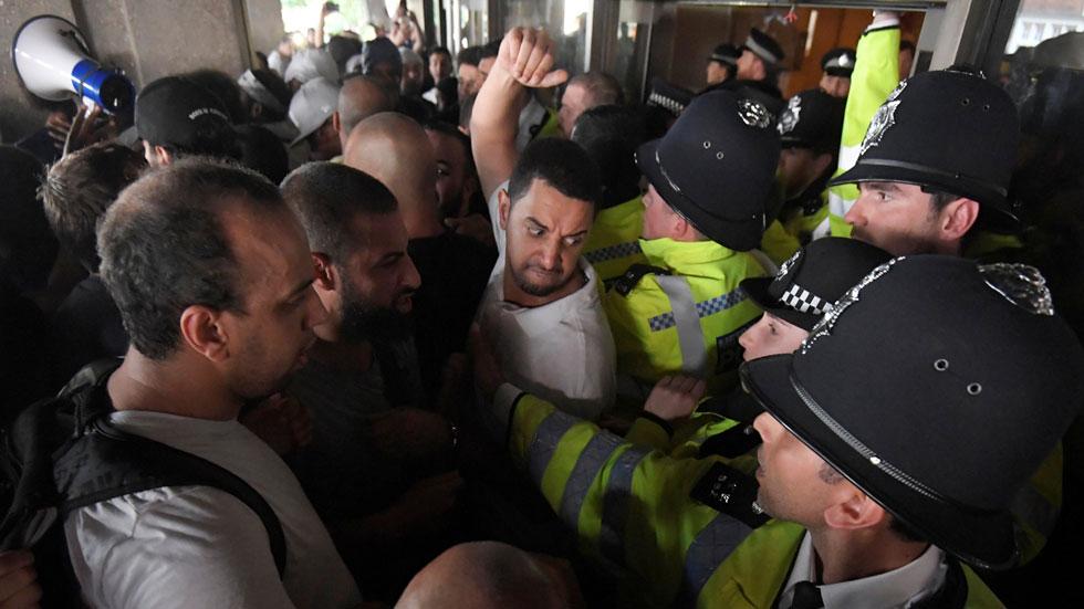Afectados por el incendio de la Torre Grenfell de Londres irrumpen en el Ayuntamiento Kensington