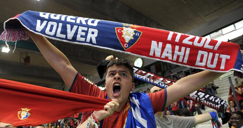 La afición del Osasuna y el equipo celebran el ascenso
