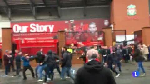Un aficionado del Liverpool grave por los altercados previos al Liverpool-Roma