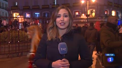 Aficionados del River Plate celebran el triunfo de su equipo en la Puerta del Sol