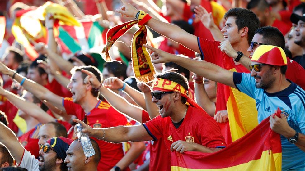 Los aficionados españoles confían en la victoria de la Roja ante Italia