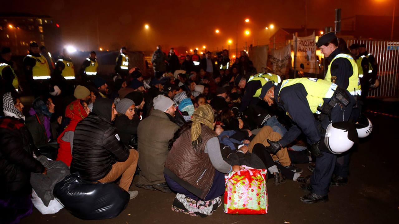 Agentes de la policía desalojan un campamento ilegal de refugiados en Malmoe (Suecia) a principios de noviembre.