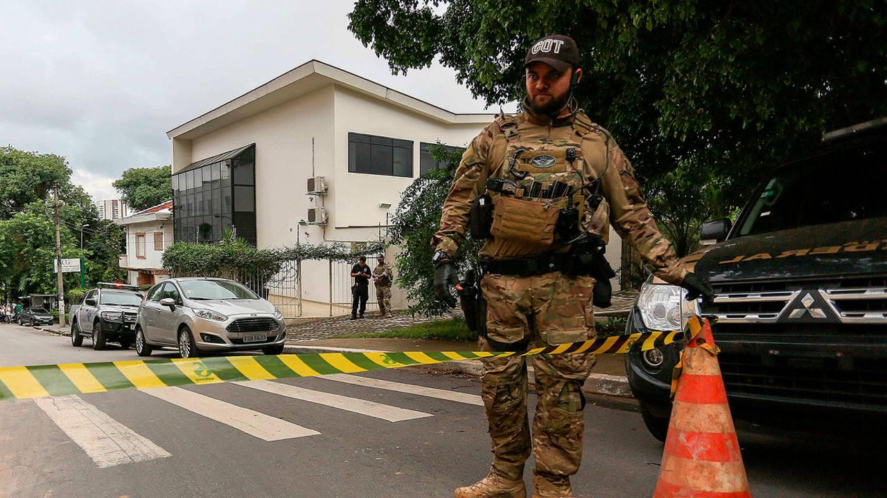 Agentes de la Policia Federal brasileña en la sede del Instituto Lula durante los registros
