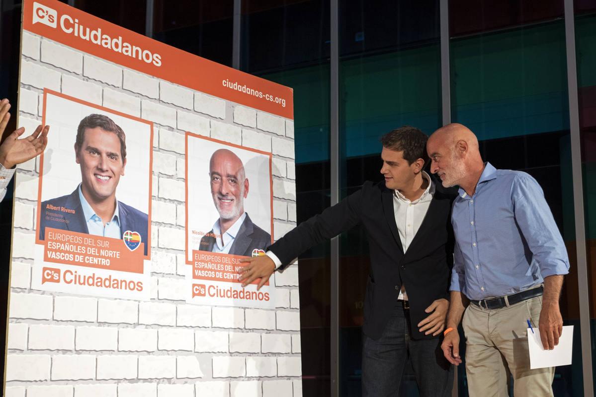 Albert Rivera y Nicolás de Miguel pegan los carteles electorales en Vitoria